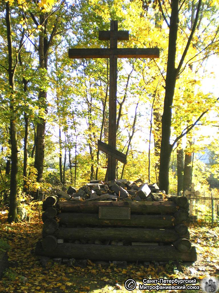 Risti oletetulla hautausmaan ensimmäisen puukirkon paikalla. Vuosi 2008