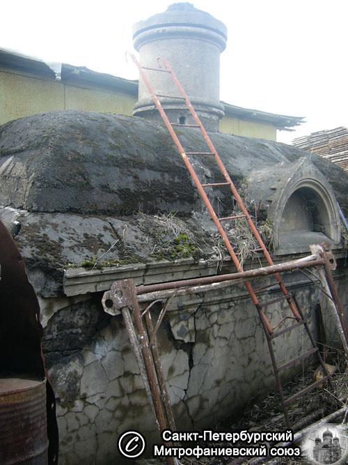 Ainoa säilynyt sukuhauta entisen hautausmaan alueella, vuosi 2008