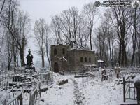 Петропавловская церковь кладбища. Вид от главного входа. Фото Н.В. Лаврентьева, 21.ХI.2010 года.