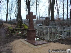 Новое надгробие на могиле Священномученика Александра Иваногородского. Фото Н.В. Лаврентьева, 11.ХII.2011 года.