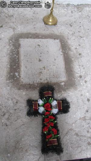 Плита в нише церкви. Фото Е.В. Лаврентьевой, 25.VII.2012 года.