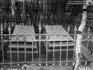 Могила супругов Липранди на Митрофаниевском кладбище. Фото из Архива ИИМК РАН, 1910-е годы.